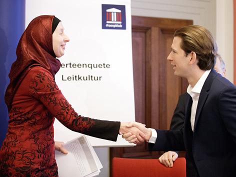 IGGÖ-Frauenbeauftragte Carla Amina Baghajati und BM Sebastian Kurz im Rahmen einer Klubenquete der ÖVP