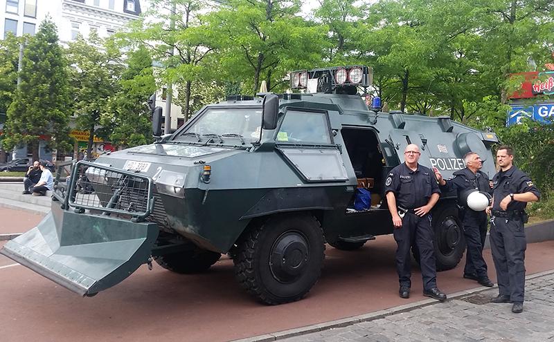 Polizei mit Panzerfahrzeug
