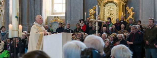 Basilika während eines Gottesdienstes innen