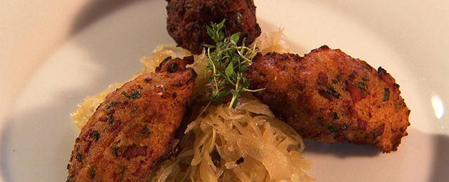 Gebackene Farfel mit Sauerkraut auf dem Teller