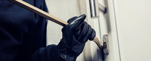 Einbrecher versucht Haustür aufzustämmen