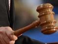 Vor Gericht: Richterhammer in Großaufnahme