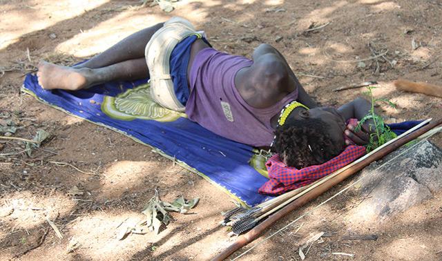 Einer der Versuchsteilnehmer schläft am Boden