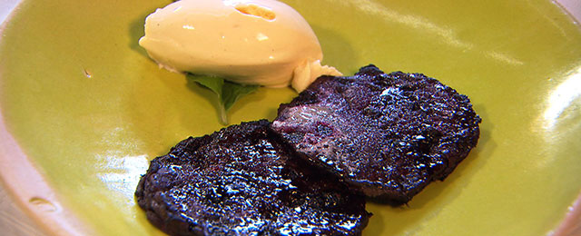 Schwarzbeertatscherl mit Vanilleeis auf Teller