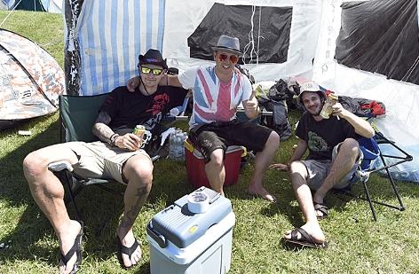 Besucher eines Festivals auf dem Campingplatz
