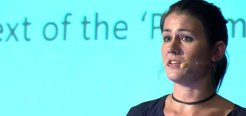 Marion Marschalek bei einem Vortrag