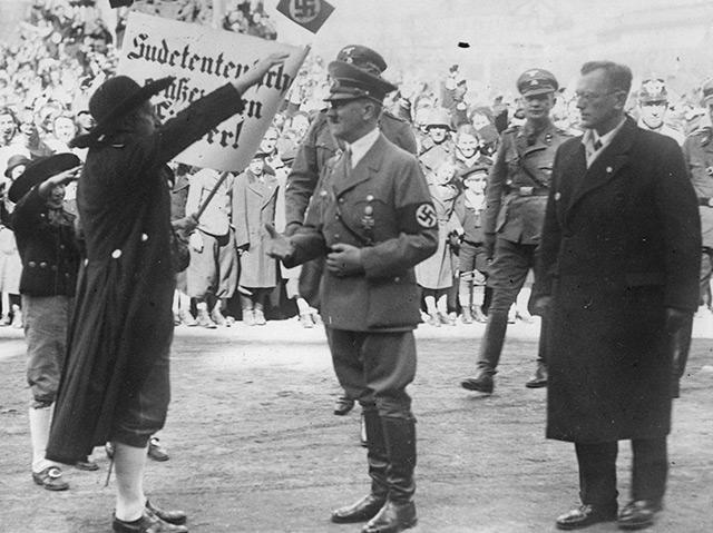 Wiener Heldenplatz am 15. März 1938: Eine sudetendeutsche Abordnung grüßt Adolf Hitler, rechts daneben Arthur Seyss-Inquart
