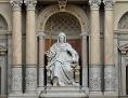 Die Statue der Justitia am Obersten Gerichtshof (OGH) in Wien