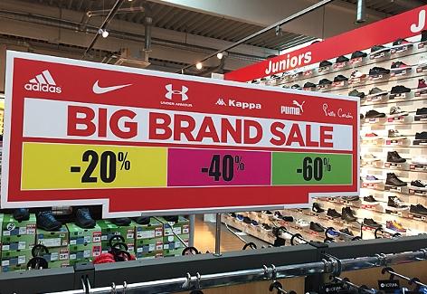 Sonderangebot für Sportschuhe im Geschäft