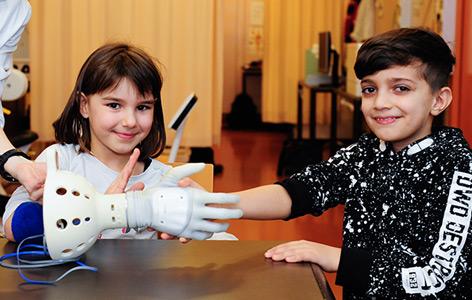 Schüler beim Prothesen-Ausprobieren