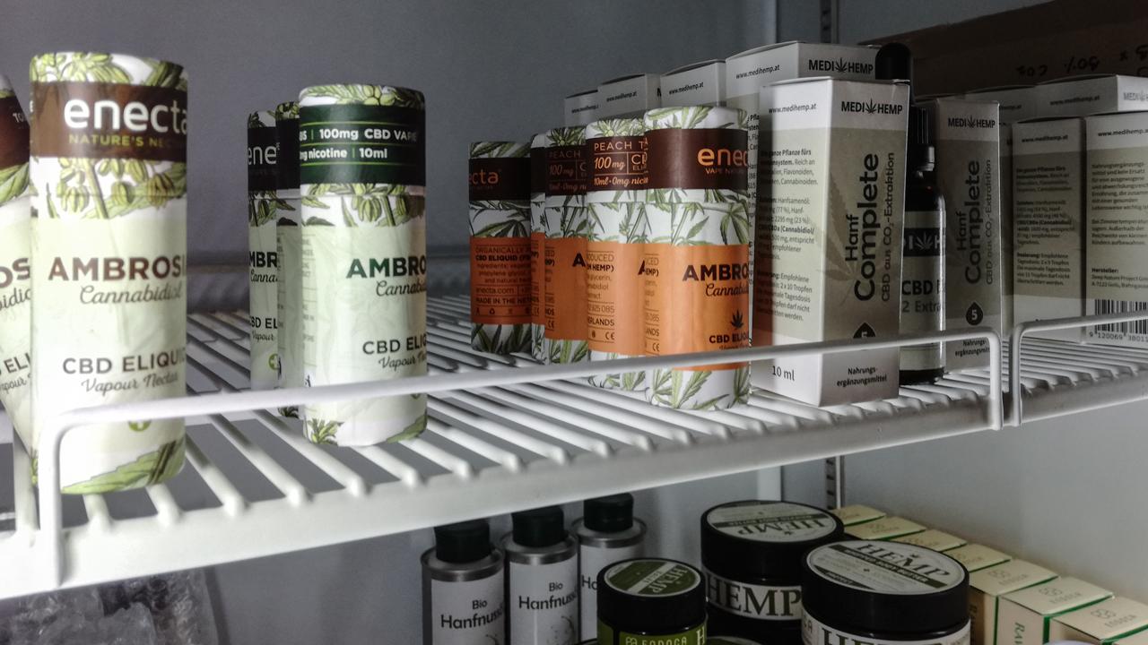 Verschiedene CBD-Produkte in einem Kühlschrank