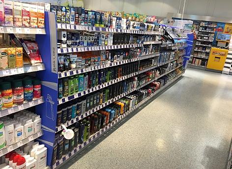 Kosmetikprodukte im Regal eines Drogeriemarkts