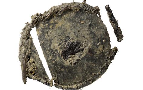 Die Reste von Getreide (dunkler Fleck in der Mitte) in der Holzdose
