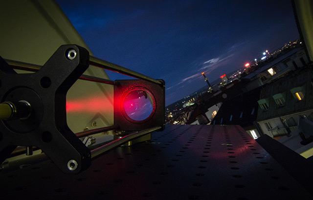 Sendestation mit rotem Laser im Hedy Lamarr Teleskop bei Nacht