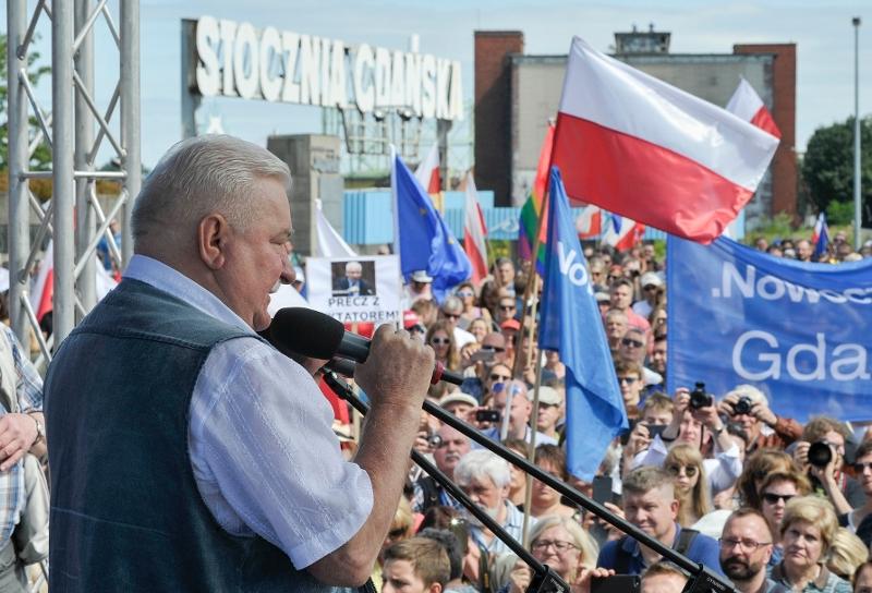 Lech Walesa spricht zu Demonstrierenden in Gdansk