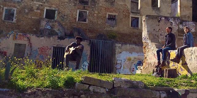 Lissabon Ruinen: Gitarrenspieler und zwei ZuhörerInnen