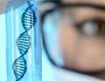 Labor: Genetikerin hält Kapsel mit (stilisierter) DNA