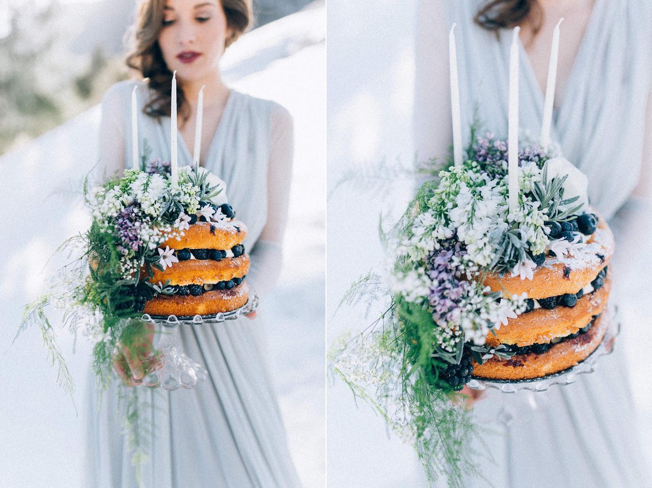 Eine Braut hält eine Beerentorte