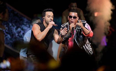 """Luis Fonsi und Daddy Yankee performen """"Despacito"""" auf der Bühne"""