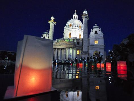 Laternenmarsch anlässlich des 68. Jahrestages des Atombombenabwurfes auf Hiroshima am 6. August 2013 vor der Karlskirche in Wien