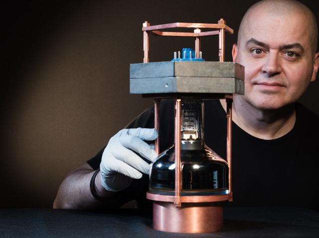 Juan Collar von der University of Chicago zeigt einen Prototypen des Minidetektors