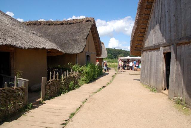 Rekonstruierte Wikingerhäuser auf dem Gebiet der ehemaligen Siedlung Haithabu.