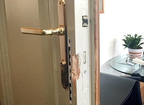 Einbruchspuren an einer aufgebrochenen Tür