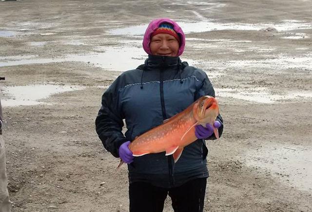 Einheimische mit Fisch
