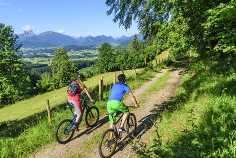 Mann und Frau auf dem Fahrrad