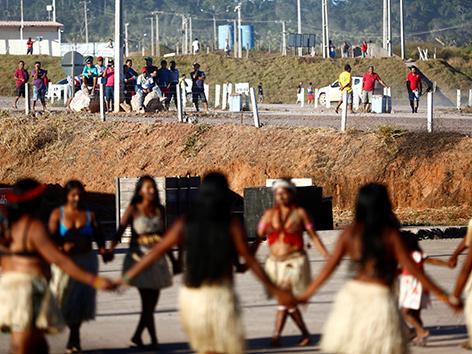 Indigene protestieren gegen das Wasserkraftwerk Sao Manoel im Azazonas