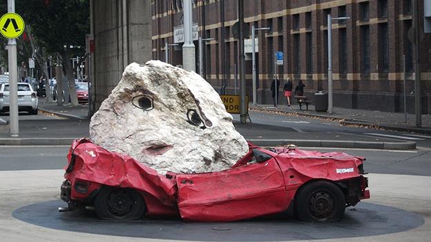 kaputtes Auto mit Stein