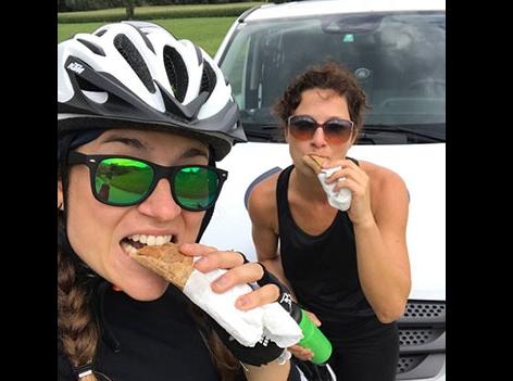 Sandra und Veronika essen Krapfen