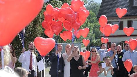 Hochzeitsgesellschaft mit Luftballonen
