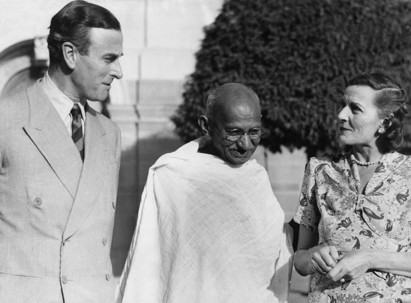 Gandhi mit Lord und Lady Mountbatten