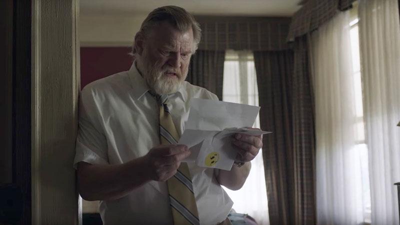 """Der Detektiv aus der Serie """"Mr. Mercedes"""" studiert einen Brief"""