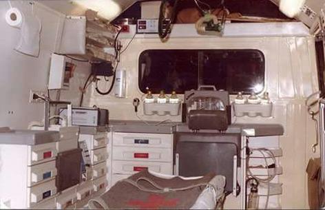 Der 1. 1974 in Linz stationierte Notarztwagen bereits ausgestattet mit einem Kombigerät EKG/ Defi der Marke Hellige, von innen