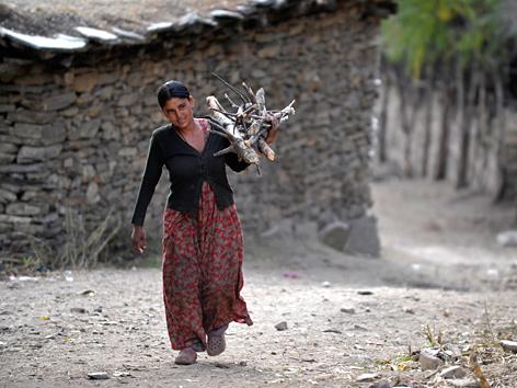 Eine Frau trägt Holz, Humla-Distrikt in Nepal