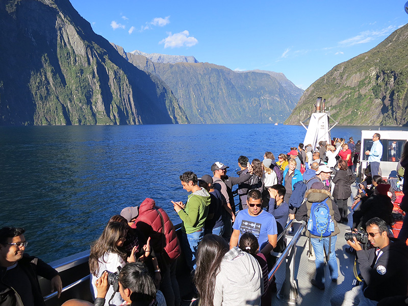 Touristen am Milford Sound