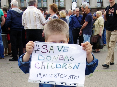 Kind in der Ukraine mit Schild