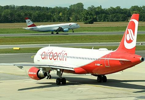 Ein Flugzeug der Air Berlin am Flughafen Wien-Schwechat