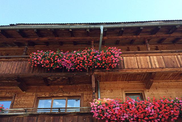 Alpbach: Balkons mit Geranien