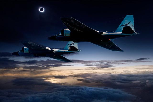 Zwei B57-Bomber vor der verdunkelten Sonne