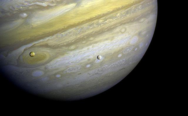 Die beiden Jupiter-Monde Io und Europa