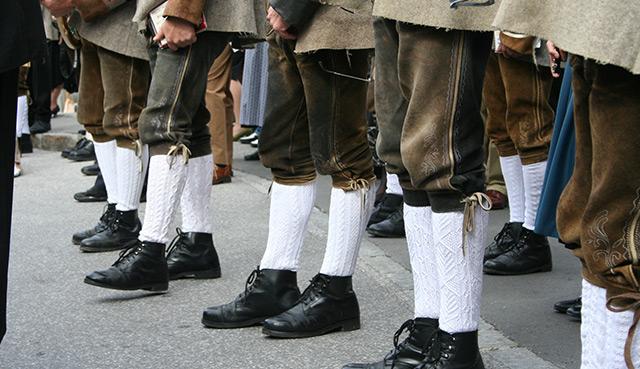 Männder in Lederhosen und weißen Stutzen