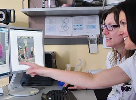 Doris Taurok, Stefanie Haider arbeiten am Computer. Die Ergotherapeutinnen machten gemeinsam mit Dr. Karin Riedl den Schultaschentest.