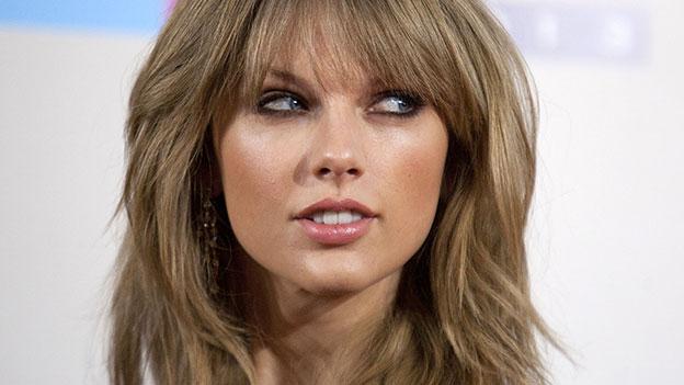 Taylor Swift blickt zur Seite