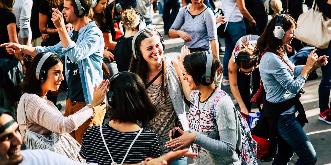 Menschen tanzen mit Kopfhörern