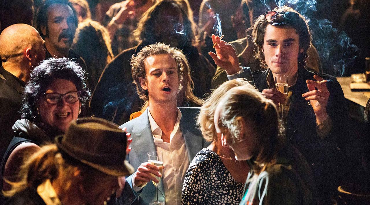 """Menschen im Club, Szenenbild aus """"cafe Belgica"""""""