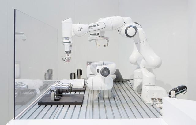 Roboterarm Franka baut Franks zusammen