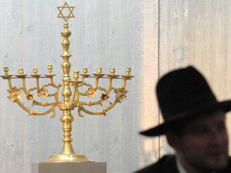 Eine Chanukkia, der acht- oder neunarmige Kerzenleuchter, der zu Chanukka entzündet wird